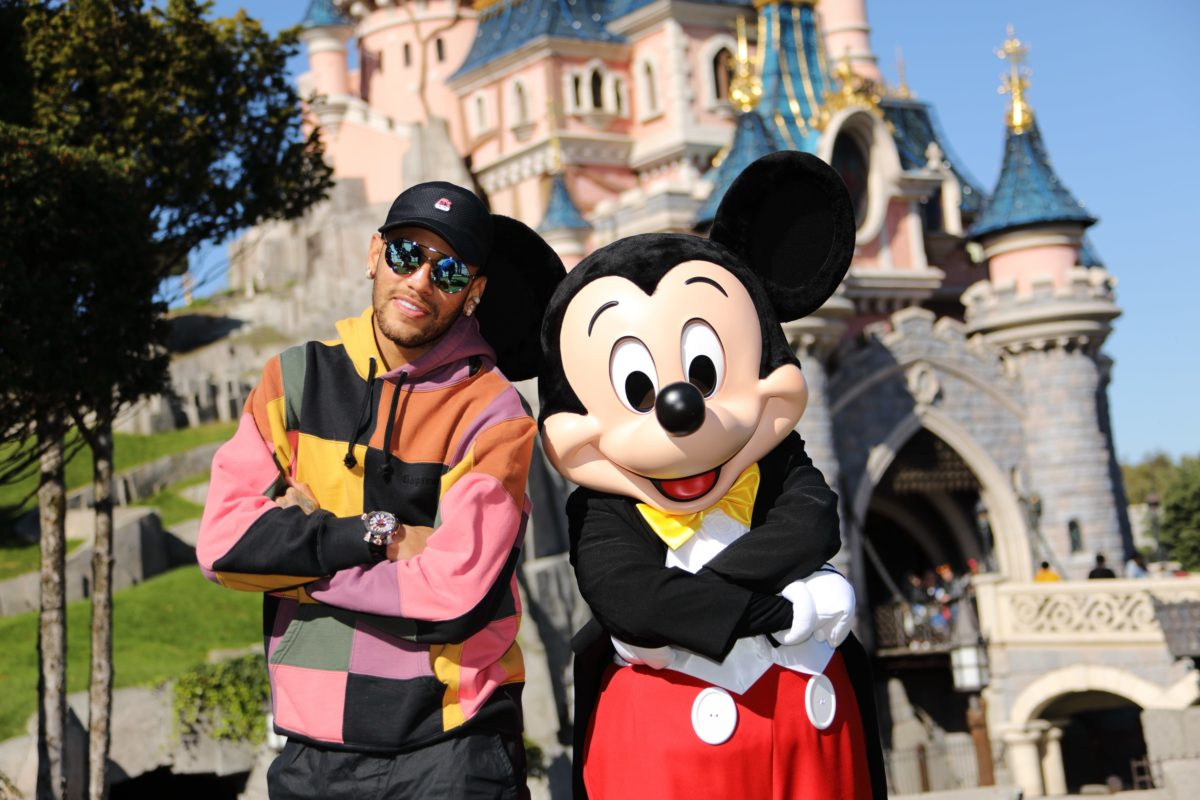 Neymar donne le coup d'envoi de la « Mickey 90 Mouse Party »